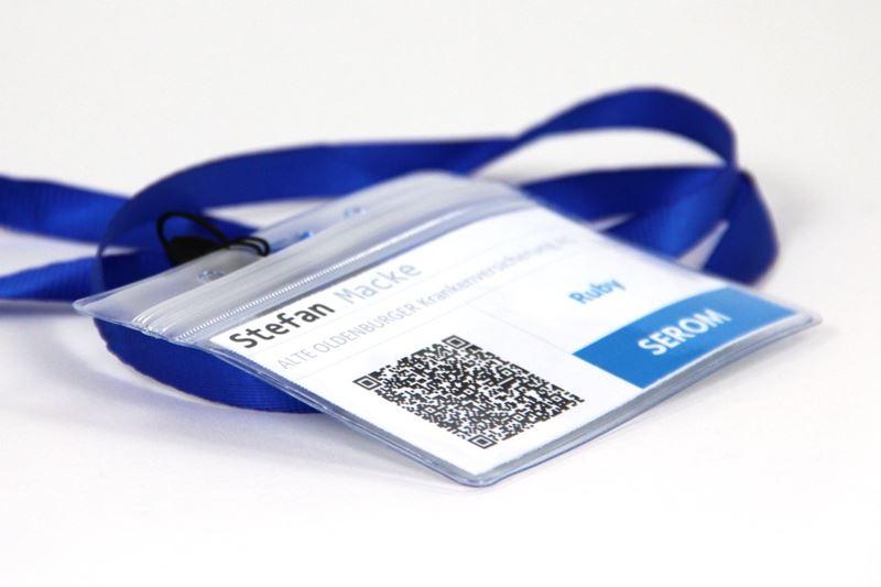 Badge der SEROM mit QR-Code für Kontaktaufnahme