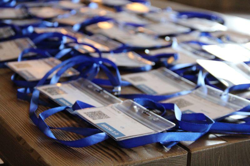 Badges der SEROM 2.0 auf dem Tisch