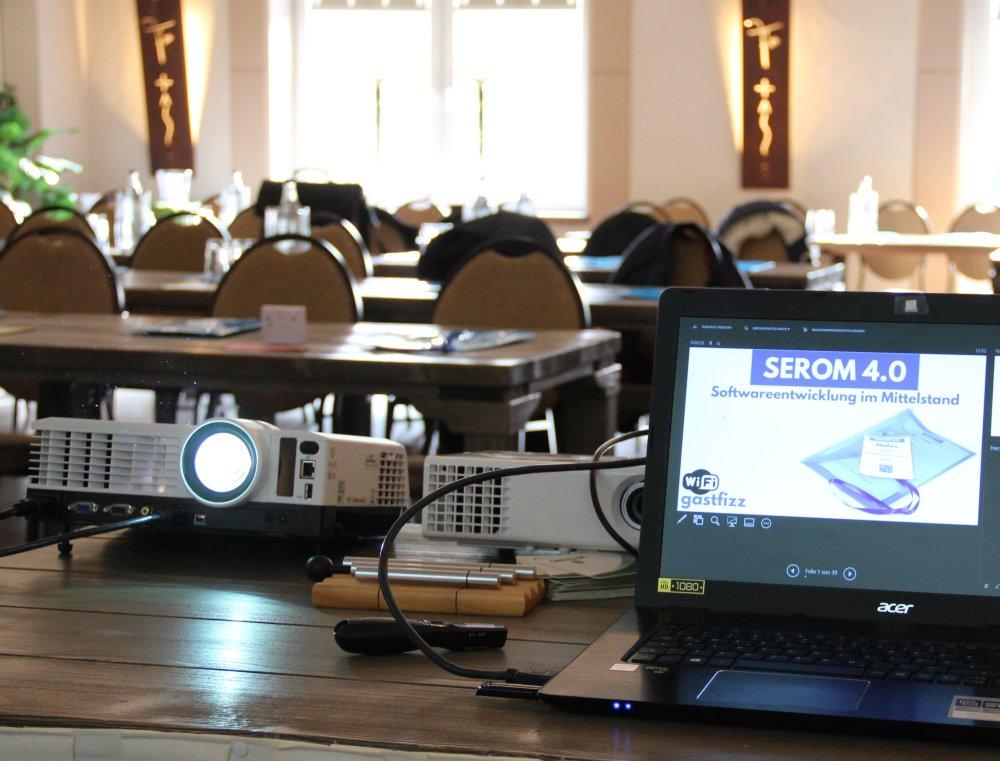Laptop und Beamer der SEROM 4.0